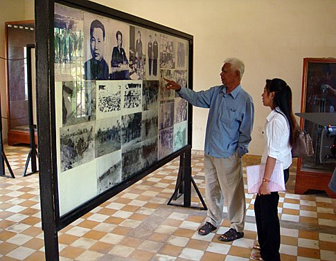 Vann Nath describes life in Tuol Sleng to a visitor