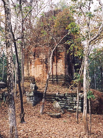 The central brick tower at Prasat Damrei.