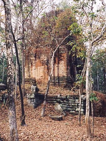 The central brick tower at Prasat Damrei.