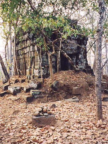 The smaller temple at Prasat Khlum.