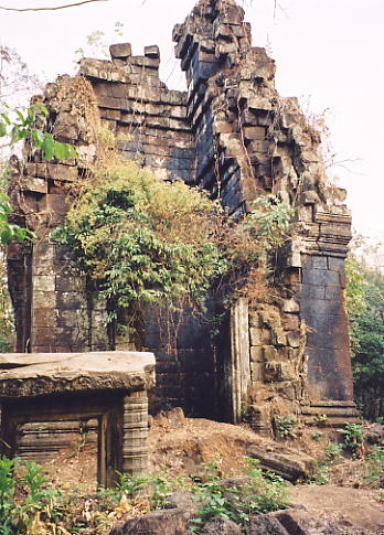 The damaged central tower at Prasat Banteay Pir Chan.